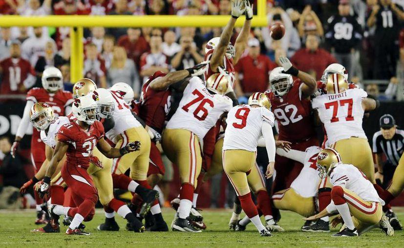 Phil Dawson, de los 49ers de San Francisco, anota el gol de campo que significó la victoria contra los Cardinals de Arizona. (Agencias)
