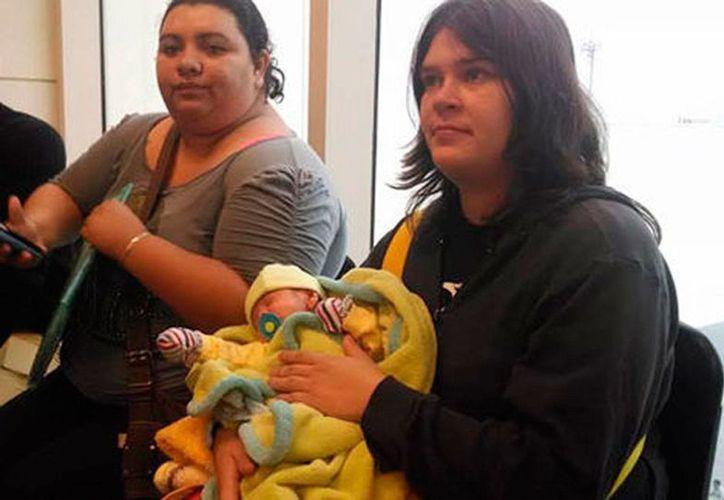 El bebé de Krystal y Gizela nació con un problema renal que requiere intervención quirúrgica. (Milenio)