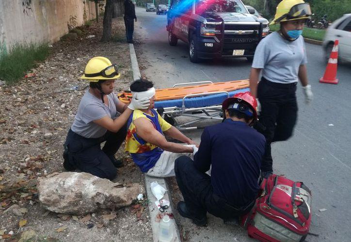 Paramédicos valoraron al ciclista afectado y lo trasladaron al Hospital. (Foto: SIPSE)