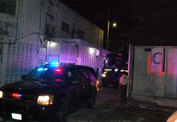 Un vehículo del convoy policial sale del penal con los 14 reos. (SIPSE)