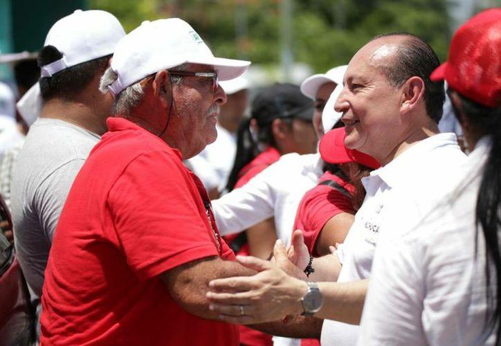 Candidato realizó recorrido de campaña en diversas colonias de Cancún. (Foto:  SIPSE)