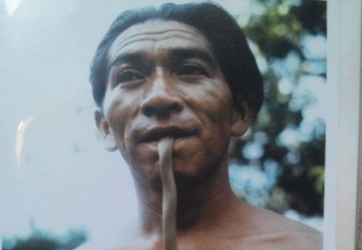 Aquí se observa cómo un h'men se introduce en la boca una serpiente, de manera similar a como lo observó un explorador durante un ritual maya. (Sergio Grosjean/SIPSE)