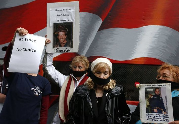 Los manifestantes se taparon la boca con bandas negras. (Agencias)