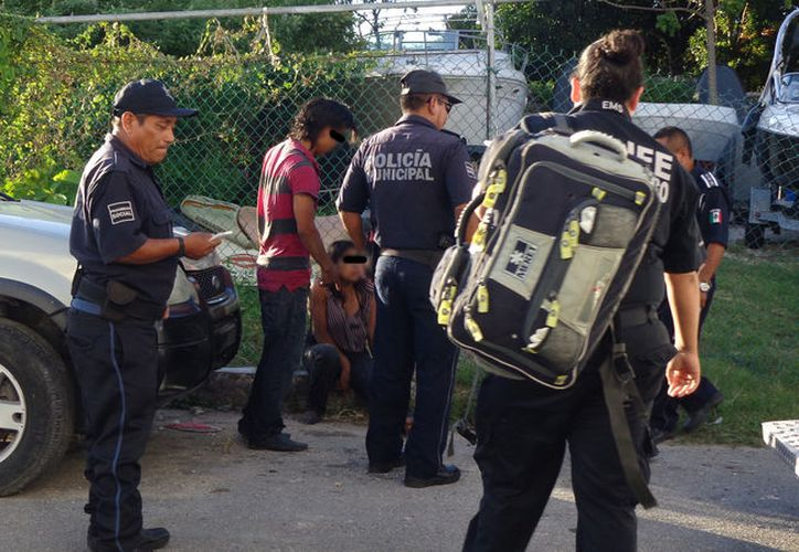 Los policías detuvieron al hombre por agresiones, en Cozumel. (Foto: Redacción/SIPSE)