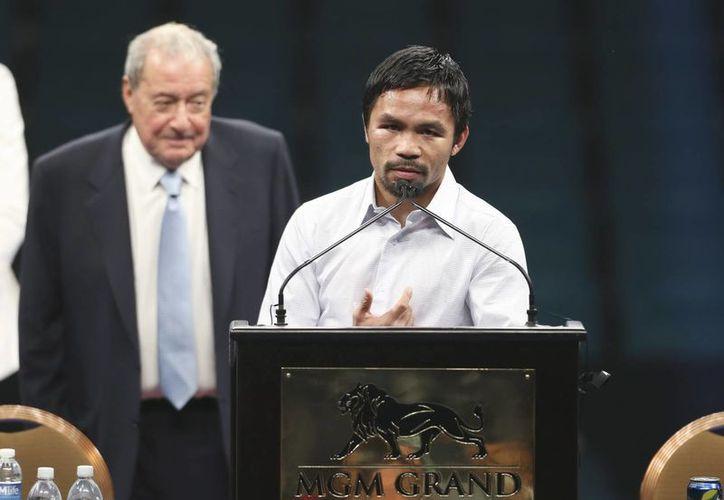 El promotor Bob Arum (izq) con Manny Pacquiao (dcha) durante la rueda de prensa posterior al combate entre el boxeador filipino y el estadounidense Floyd Mayweather Jr, quien fue ganador en Las Vegas. (EFE)