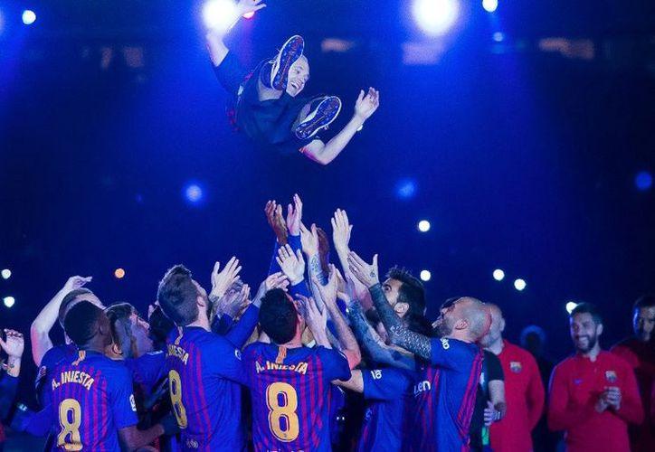 En su calidad de Capitán del Barça, fue el encargado de exhibir los dos títulos ganados este año. (Twitter:@jmbartomeu)
