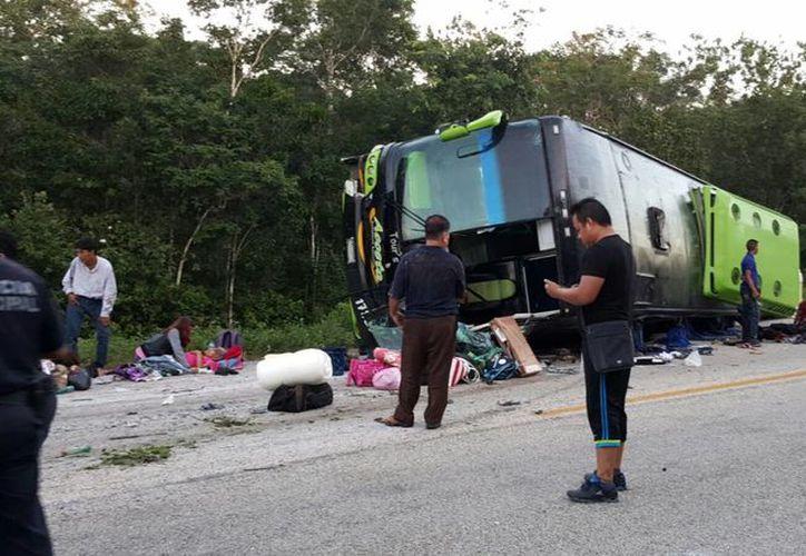 Un autobús de transporte de pasajeros volcó ayer por la mañana; cinco personas perdieron la vida. (Redacción/SIPSE)