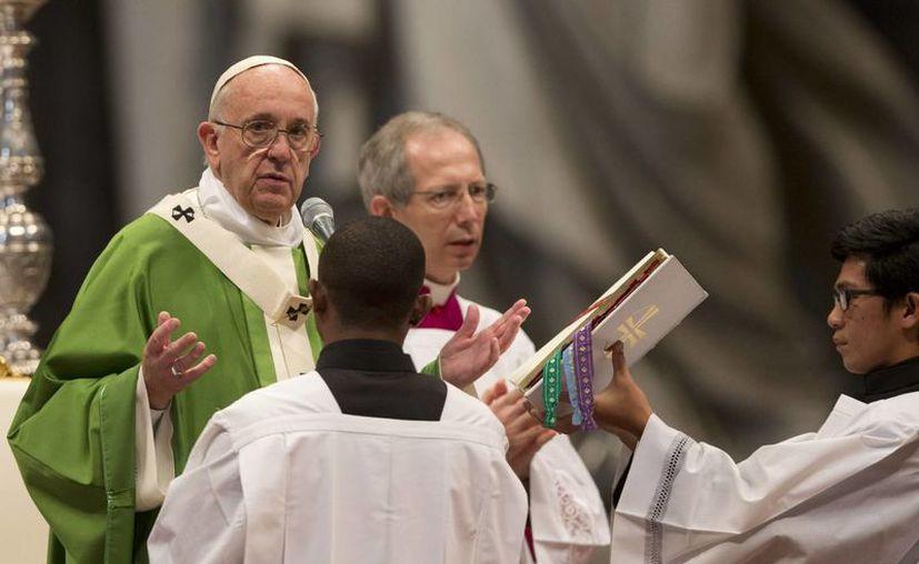 El Papa Francisco durante una misa para celebrar el final del sínodo de obispos, en la basílica de San Pedro. (Agencias)