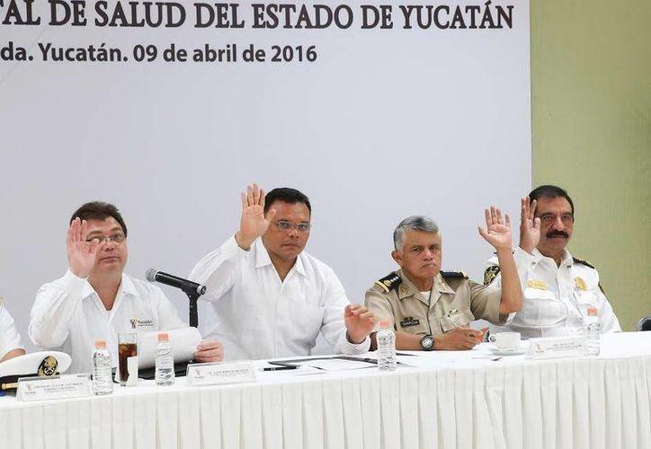 En el Centro de Convenciones Yucatán Siglo XXI, el gobernador Rolando Zapata Bello indicó que en coordinación con la Michigan State University (MSU) se construirán alianzas para, a través de una bacteria local, disminuir en el mediano plazo la trasmisión del dengue, zika y chikungunya. (Foto cortesía del Gobierno de Yucatán)