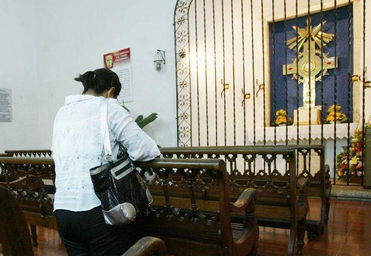 Una fiel devota haciendo oración en el Templo de Monjas. (Milenio Novedades)