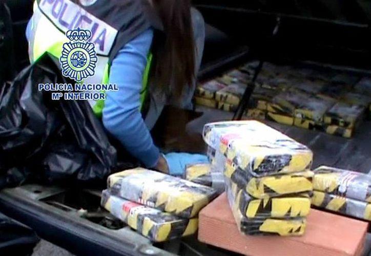 Fotografía capturada de un vídeo facilitado por la Policía Nacional tras el decomiso de la droga. (EFE)