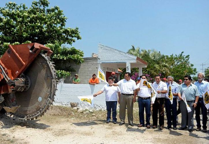 En Dzilam González el Gobernador Rolando Zapata dio el banderazo inicial de los trabajos de ampliación y modernización de la red de agua potable de 24 municipios. (Cortesía)