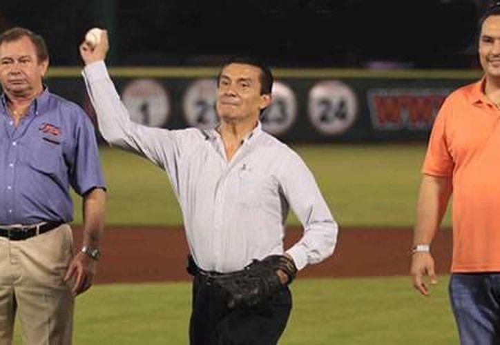 El consejero presidente del Ieqroo, lanzando la primera bola. (Cortesía/SIPSE)