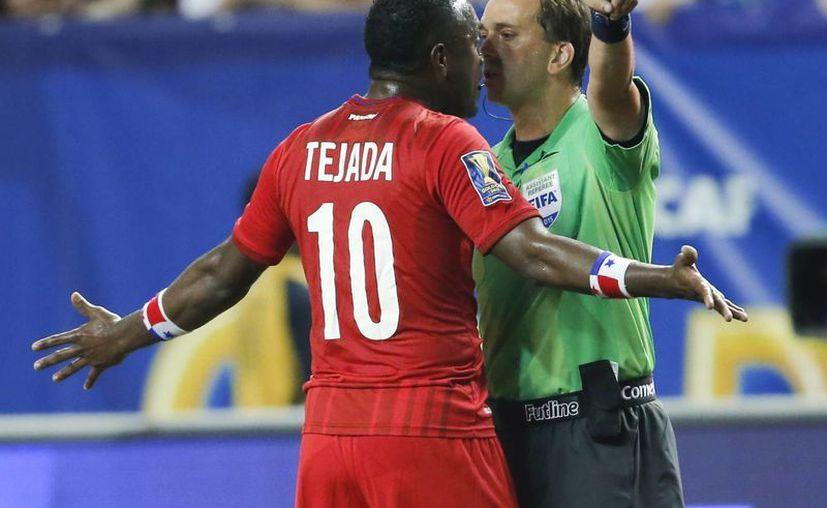 El panameño Luis Tejada discute con el árbitro, quien lo echó poco después del arranque de la semifinal contra México. Panamá, aún con 10 hombres, jugó mejor que México, pero un penal polémico les echó a perder la noche. (Foto: AP)