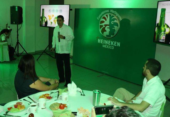 El vicepresidente de Asuntos Corporativos del grupo Cuauhtémoc Moctezuma-Heineken, Marco Antonio Mascarúa Galindo (al micrófono), reconoció la dedicación de varias generaciones de yucatecos, quienes por más de 100 años se han esforzado para que esta marca sea número uno en el estado. (José Acosta/Milenio Novedades)
