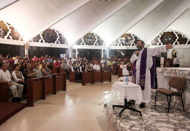 El sacerdote Luis Montes, durante su charla anoche en la iglesia de María Inmaculada. (Amílcar Rodríguez/Milenio Novedades)