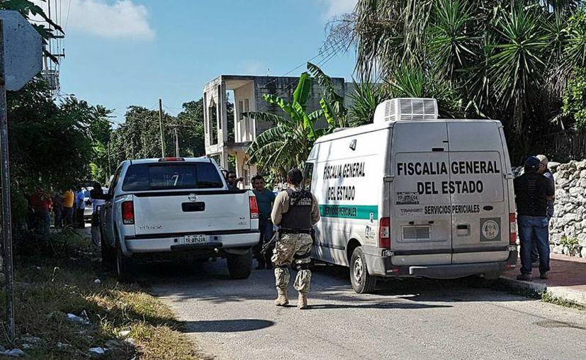 Elementos de la Policía Investigadora y de la FGE acudieron a Kinchil a catear el domicilio del presunto homicida. (Milenio Novedades)