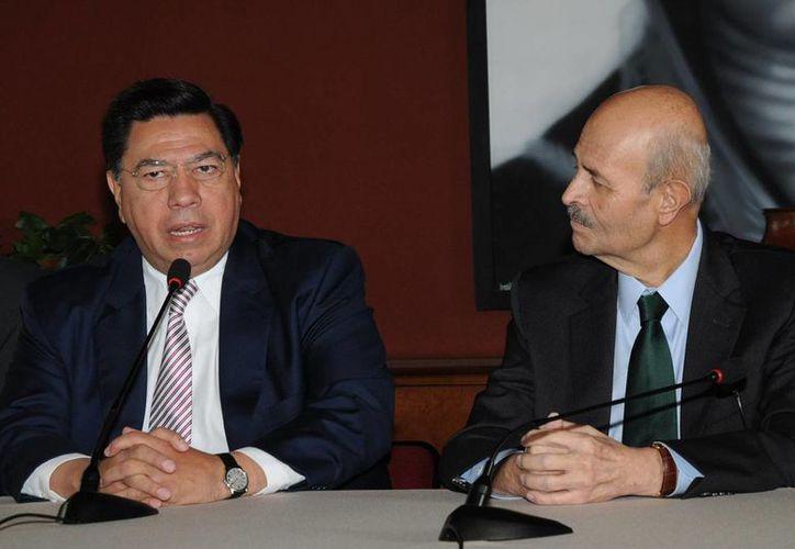 En la imagen Jesús Reyna García, quien fungió como secretario general de Gobierno de Michoacán y actualmente se encuentra en la cárcel, acompañado del exgobernador de Michoacán, Fausto Vallejo Figueroa, quien tiene el mayor número de irregularidades durante su gobierno entre 2012 y 2013. (Archivo/Notimex)