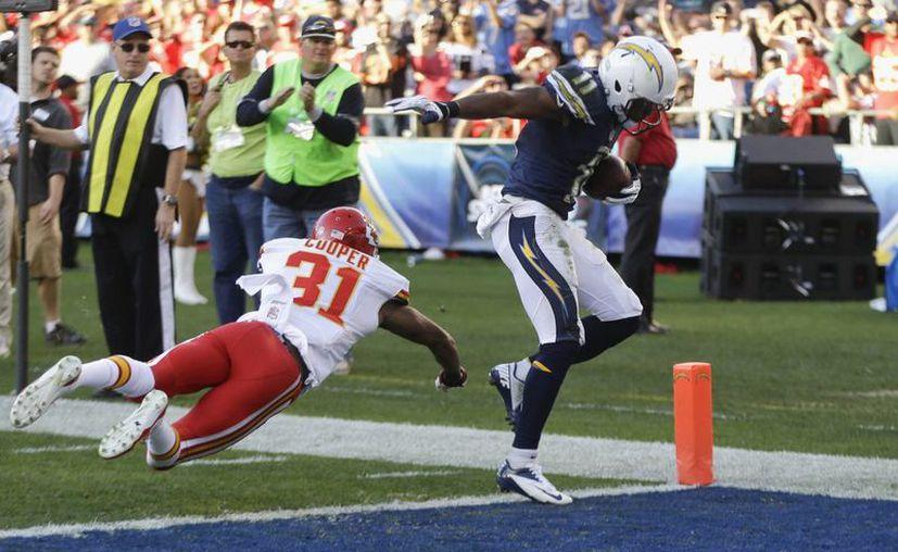 El wide receiver Eddie Royal, de los Chargers de San Diego, anota superando al cornerback Marcus Cooper, de los Chiefs de Kansas City, en la segunda mitad del juego. (Agencias)