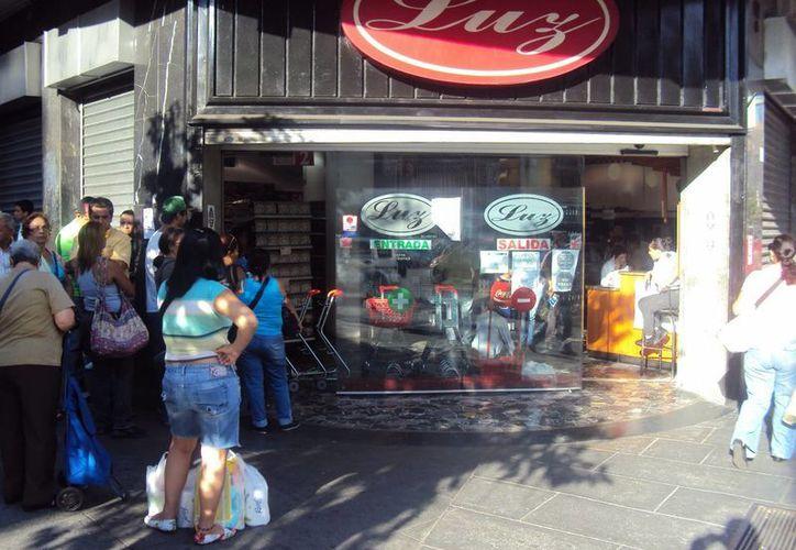 Imagen de archivo que muestra a ciudadanos haciendo fila para ingresar a un supermercado, ante la escasez y  elevados precios de las mercancías. (Archivo/Notimex)