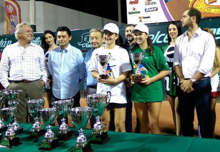 Los campeones de las ramas varonil y femenil recibieron sus trofeos. (César González/SIPSE)