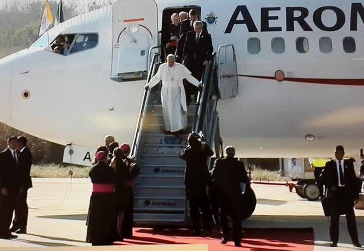 Hace unos momentos el avión de transportaba al Papa Francisco aterrizo en el Aeropuerto Internacional Ángel Albino Corzo. (Captura de pantalla de Milenio)