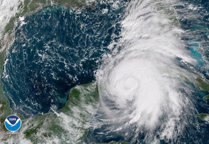 Imagen actual del huracán de categoría uno. (Centro Nacional de Huracanes)