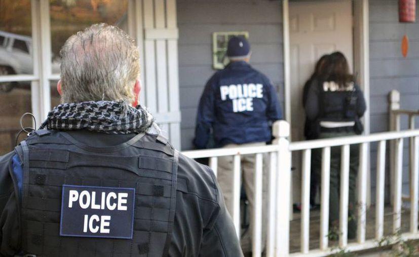 Las autoridades migratorias han concentrado sus esfuerzos en detener a personas con antecedentes penales. (Bryan Cox/ICE via AP)