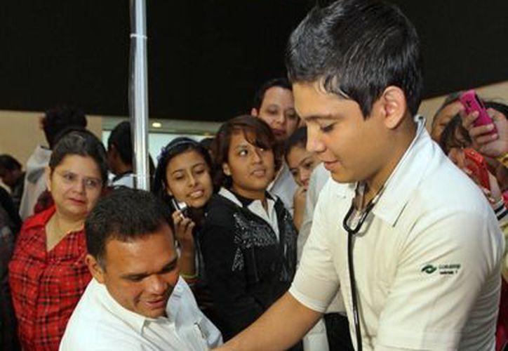 El gobernador, Rolando Zapata, realizó un recorrido en la Expo Bachillerato 2013. (SIPSE)