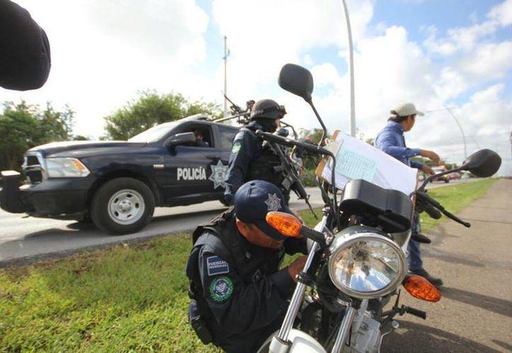 Los uniformados realizan inspecciones a conductores de vehículos y motocicletas. (Redacción/SIPSE)