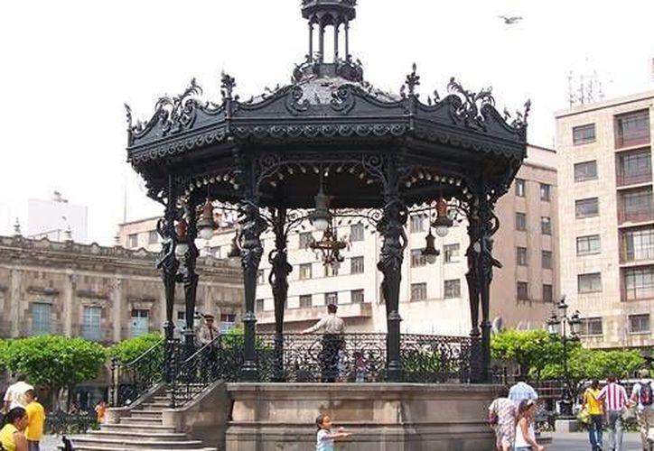 La Plaza de Armas tapatía, pasó de ser un centro clave para el comercio local, a una explanada adecuada para actos cívicos y artísticos. (en-mexico.com.mx)