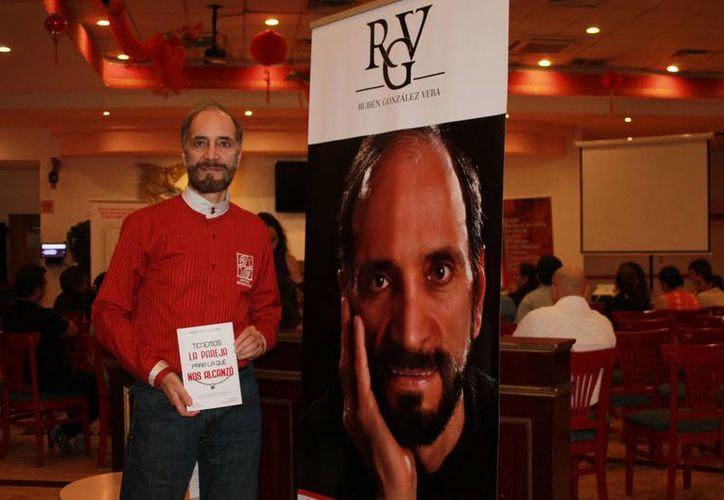 El psicólogo Rubén González Vera habló sobre su reciente publicación, que presento en el restaurant Hong Kong. (Faride Cetina/SIPSE)
