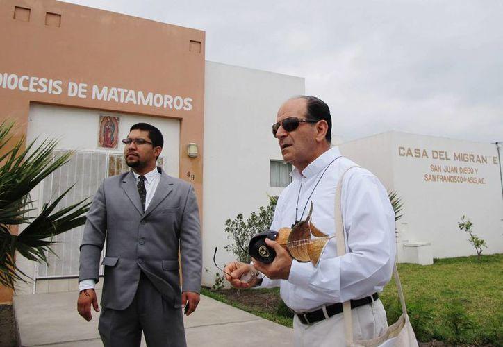 El padre Alejandro Solalinde (der)  fundó un albergue para inmigrantes en Oaxaca. (Agencias)