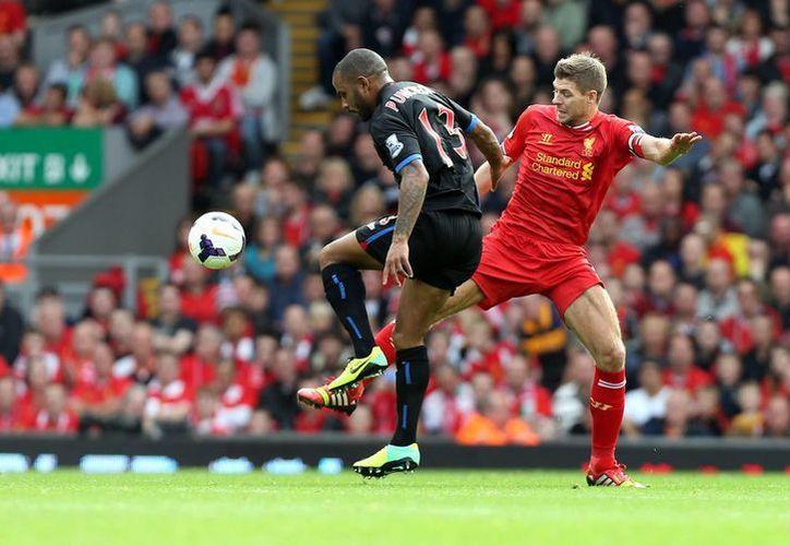 Liverpool sumó una unidad más que el Arsenal, que juega este domingo ante el West Bromwich. (Foto: Agencias)