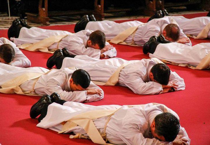 El número de sacerdotes de los Legionarios de Cristo ha disminuido tras la crisis que desató el escándalo de su fundador, Marcial Maciel. La imagen de contexto es de una consagración de sacerdotes en El Vaticano. (Archiuvo/Notimex)