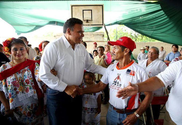 Ayer domingo,el gobernador de Yucatán, Rolando Zapata Bello, entregó apoyos a campesinos en el municipio de Dzan. (Cortesía)