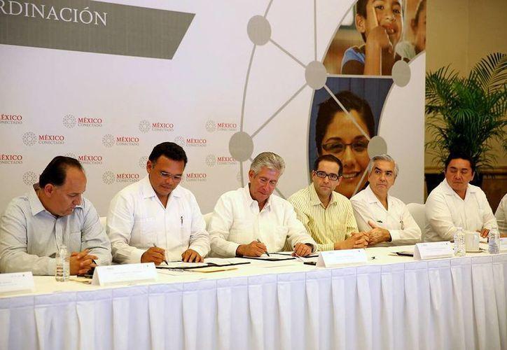Firma de un convenio de colaboración entre el gobernador Rolando Zapata Bello y el titular de la SCT, Gerardo Ruiz Esparza. (Milenio Novedades)