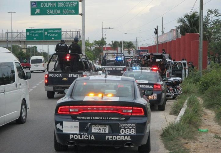 Varias patrullas custodiaron la carretera federal a la altura de Puerto Aventuras el miércoles. (Adrián Barreto/SIPSE)