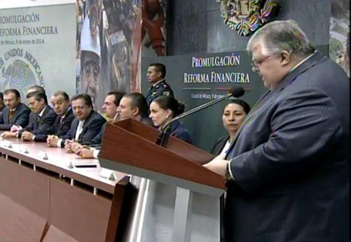 Al promulgarse este jueves la Reforma Financiera, el gobernador de Banxico, Agustín Carstens, advierte que el crecimiento del PIB dependerá en gran medida de la penetración financiera. (Captura de pantalla de YouTube)
