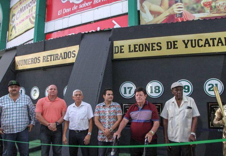 Carlos Paz y Leonel Aldama, exjugadores de Leones de Yucatán, estuvieron presentes en la inauguración del Pabellón de los Inmortales, en el estadio Kukulcán Alamo. (Amílcar Rodríguez/Milenio Novedades)