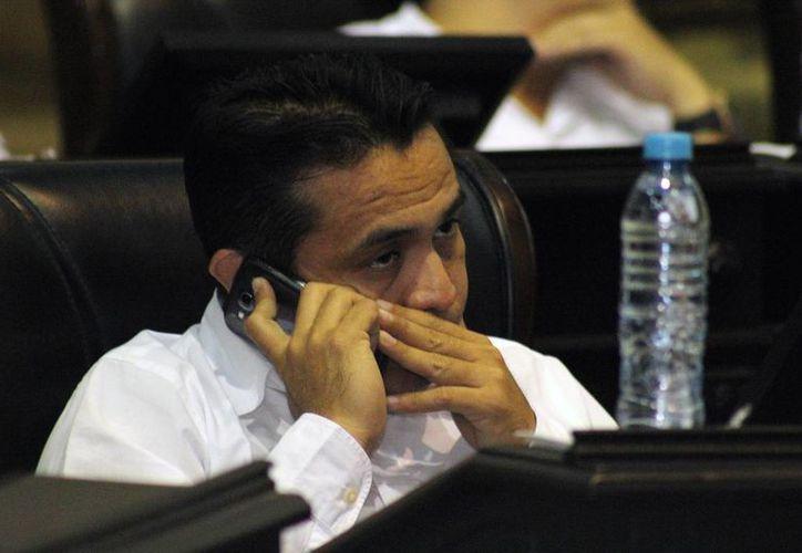 El diputado priista Rafael Chan Magaña estuvo muy activo con su celular durante la sesión de ayer en el Congreso. (Jorge Pallota/SIPSE)