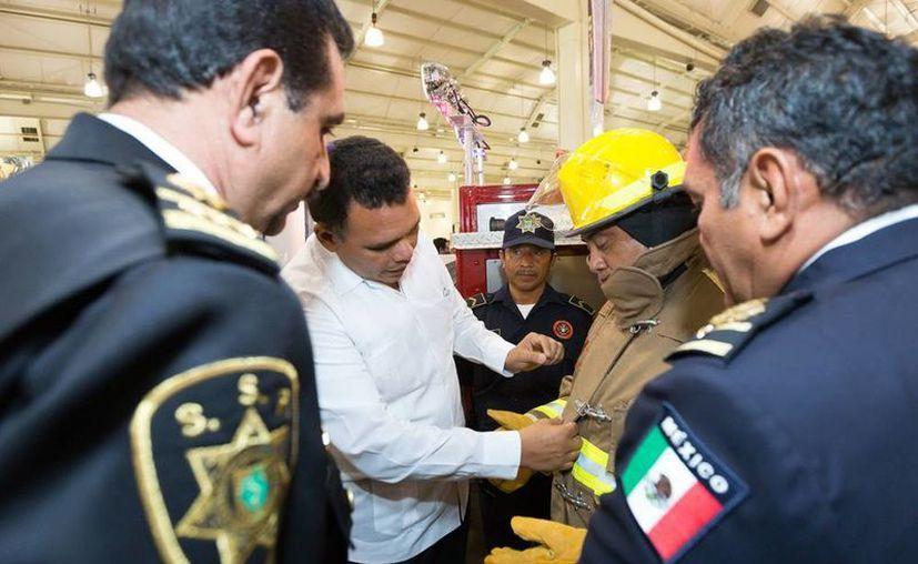 Ayer, el Gobernador (c) entregó equipo y parque vehicular a al Cuerpo de Bomberos de la SSP por más de 7.3 millones de pesos. (Cortesía)