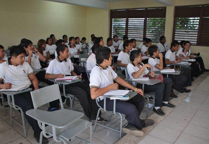 Alumnos del Cecyte tuvieron que cambiar de sede a otra escuela. (Julián Miranda/SIPSE)