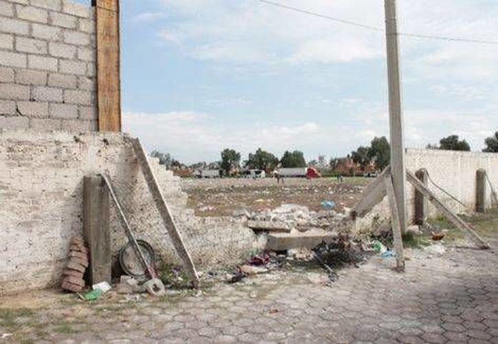 Barda derribada en la avenida 30-30 en Ecatepec. (Lauro Galicia/Milenio)