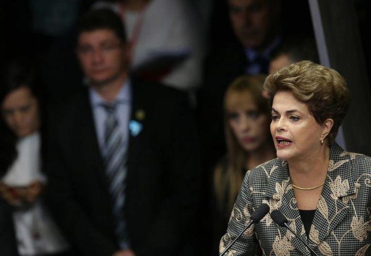 Dilma Rousseff habla durante el juicio que se lleva en su contra en Brasilia, Brasil. (AP/Eraldo Peres)