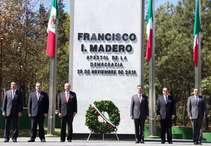 El presidente Enrique Peña (tercero desde la derecha) encabezó la ceremionia luctuosa en honor a Madero en Los Pinos. (Notimex)