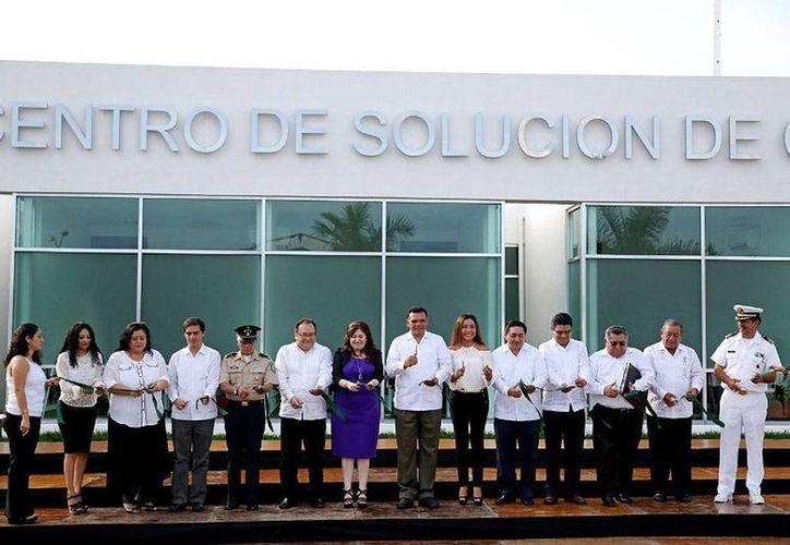 El gobernador de Yucatán, Rolando Zapata Bello, cortó el listón del nuevo Centro de Solución de Controversias, organismo que forma parte del nuevo sistema de justicia penal (juicio oral). (yucatan.gob.mx)