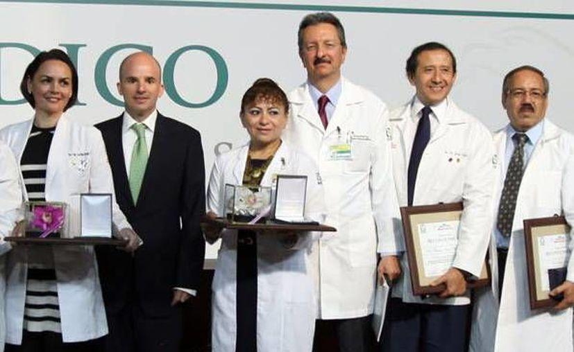 La doctora Achach Ortíz recibió el galardón en el Centro Médico Nacional Siglo XXI en la Ciudad de México. (Milenio Novedades)