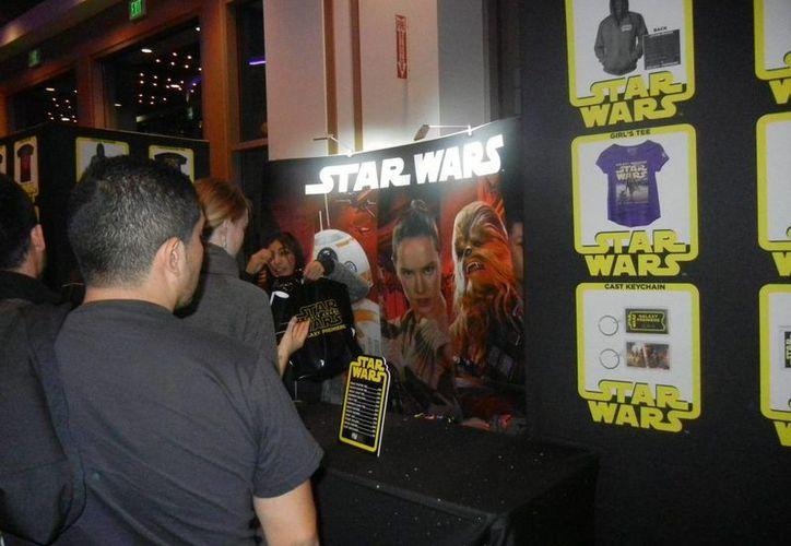 Aunque 'Star Wars: The Force Awakens' sigue batiendo récords en los cines de todo el mundo, Disney ya prepara sus nuevos éxitos relacionados con la saga. A finales de este año llega ´Rogue One' y en 2017 el 'Episodio VIII' ocupará su lugar en los cines. (Archivo Notimex)