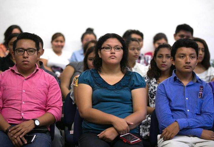 Imagen de los alumnos participantes en el  Foro de Política Exterior de Yucatán en el auditorio de la Facultad de Economía, ubicada en el Campus de Ciencias Sociales. (Milenio Novedades)
